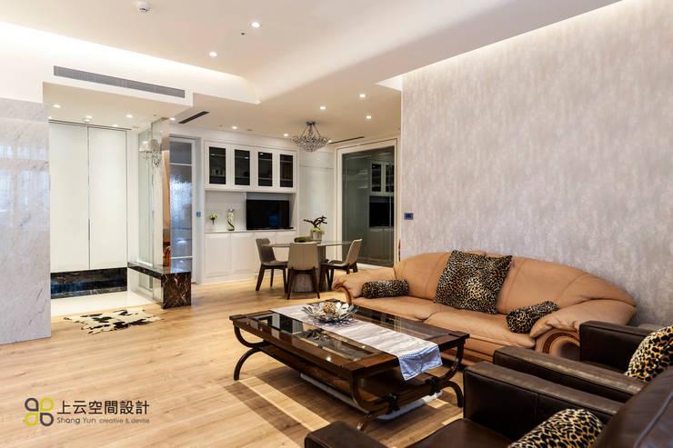 優雅淨白 徜徉自在居:  客廳 by 上云空間設計