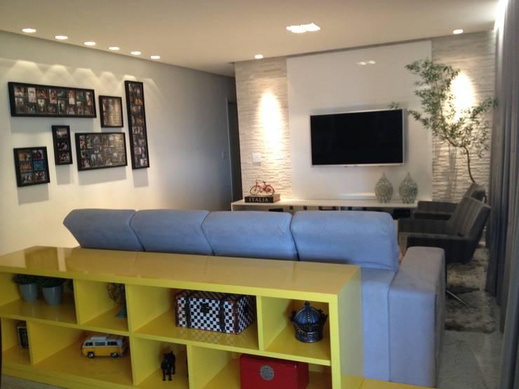 Detalhe do móvel amarelo : Salas multimídia modernas por Carolina Fontes Arquitetura