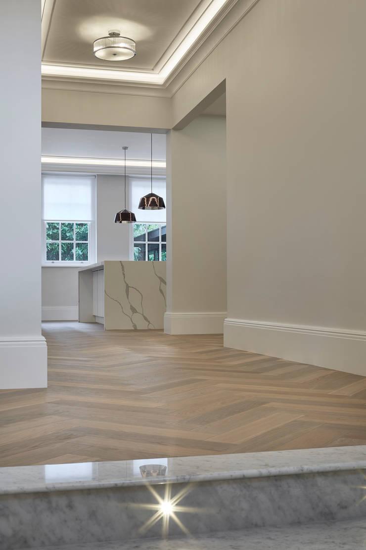 White Hallway Pasillos, vestíbulos y escaleras de estilo minimalista de Jigsaw Interior Architecture Minimalista Madera Acabado en madera