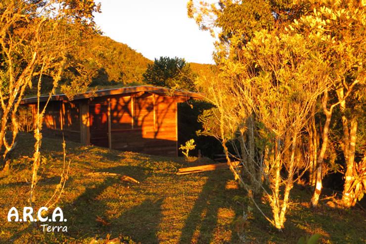 Chalé de pau a pique: Casas  por ARCA Terra,Campestre
