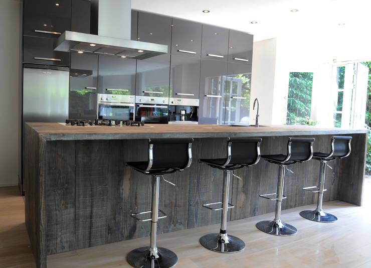 Keukeneiland hout:  Keuken door RestyleXL, Modern