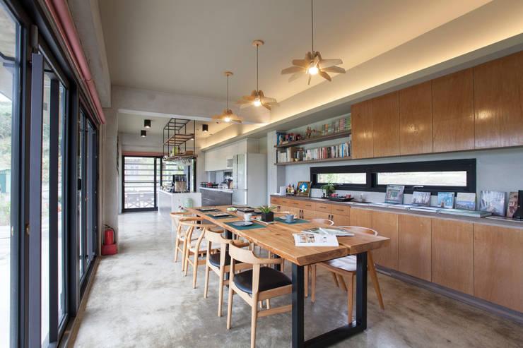 三野高台:  餐廳 by 築里館空間設計