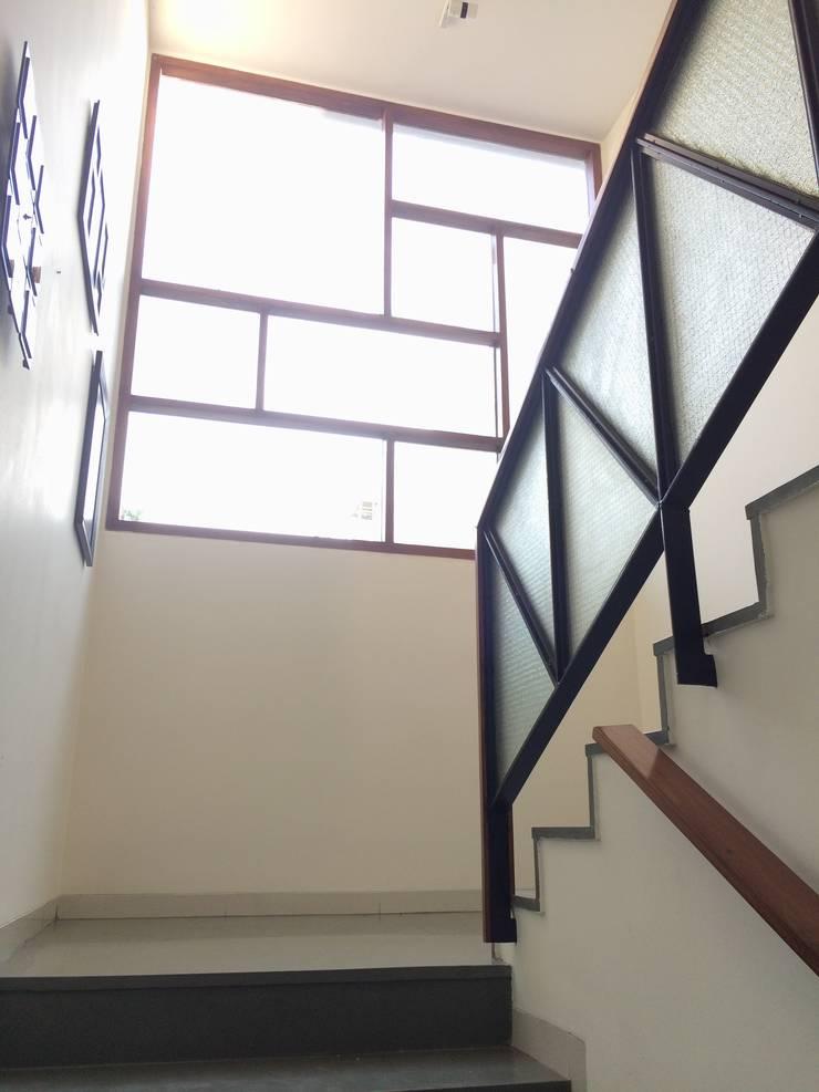 BYSANI RESIDENCE, BANGALORE:  Corridor & hallway by Parikshit Dalal Design + Architecture,Modern