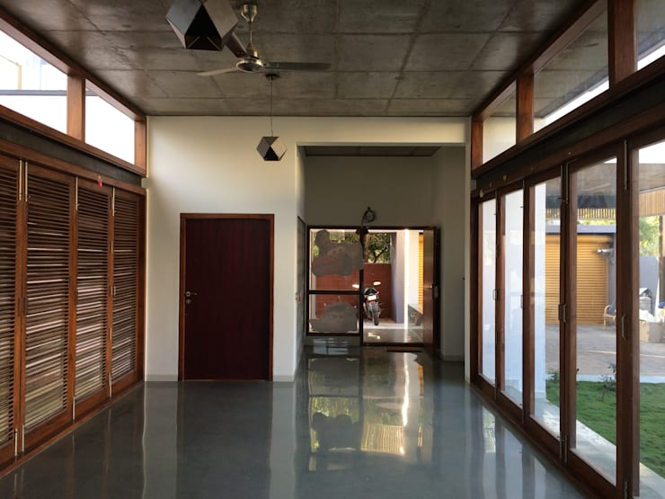 BYSANI RESIDENCE, BANGALORE:  Dining room by Parikshit Dalal Design + Architecture