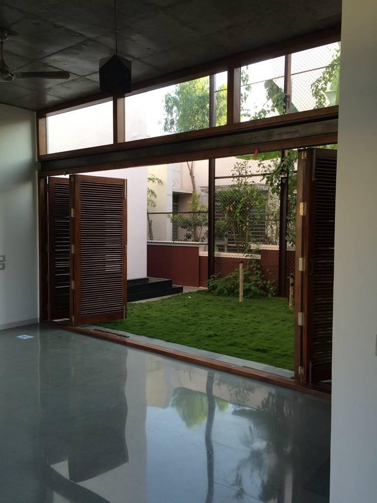 BYSANI RESIDENCE, BANGALORE:  Dining room by Parikshit Dalal Design + Architecture,Modern