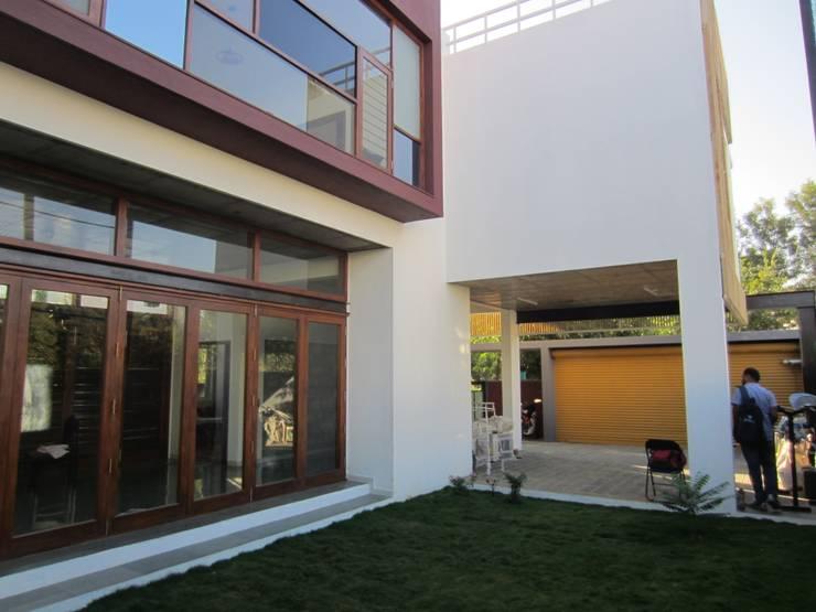 BYSANI RESIDENCE, BANGALORE:  Garden by Parikshit Dalal Design + Architecture,Modern