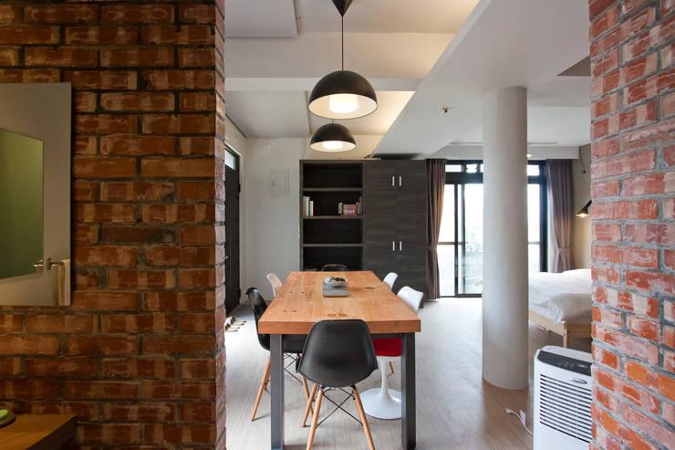九份M宅:  餐廳 by 築里館空間設計
