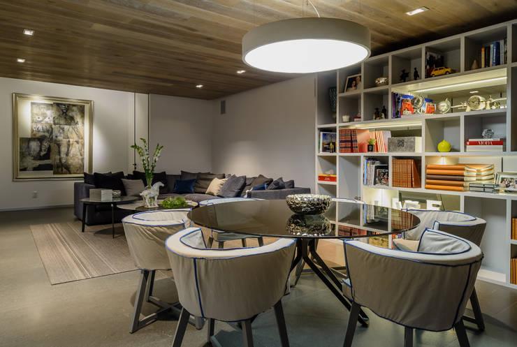 24Y: Salas multimedia de estilo moderno por NIVEL TRES ARQUITECTURA