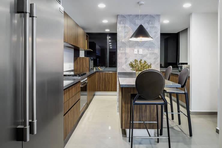 Cocinas de estilo moderno por NIVEL TRES ARQUITECTURA