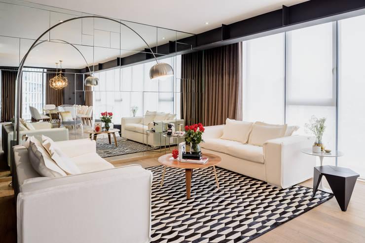 Salas / recibidores de estilo  por NIVEL TRES ARQUITECTURA