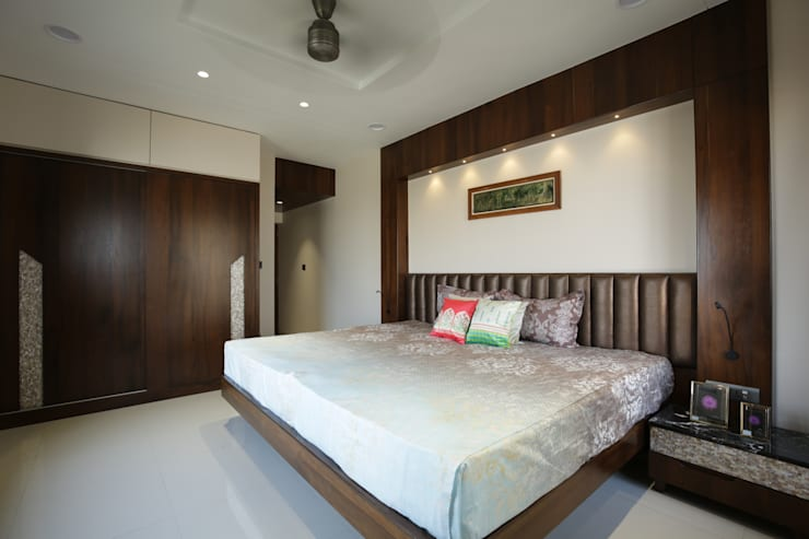 Mr vora's flat:  Bedroom by studio 7 designs