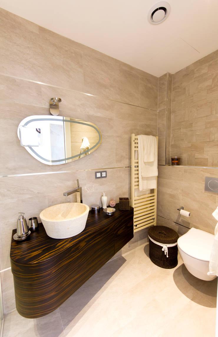 Bagno en-suite della camera ospiti: Bagno in stile  di MBquadro Architetti