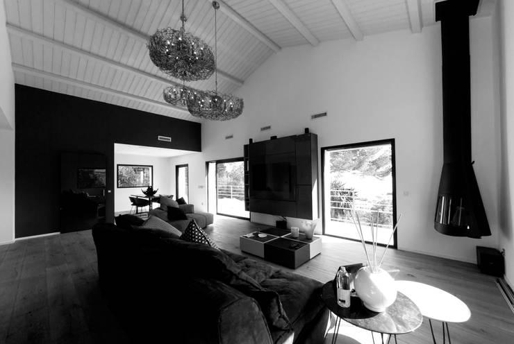 Salone (bianco e nero): Soggiorno in stile  di MBquadro Architetti