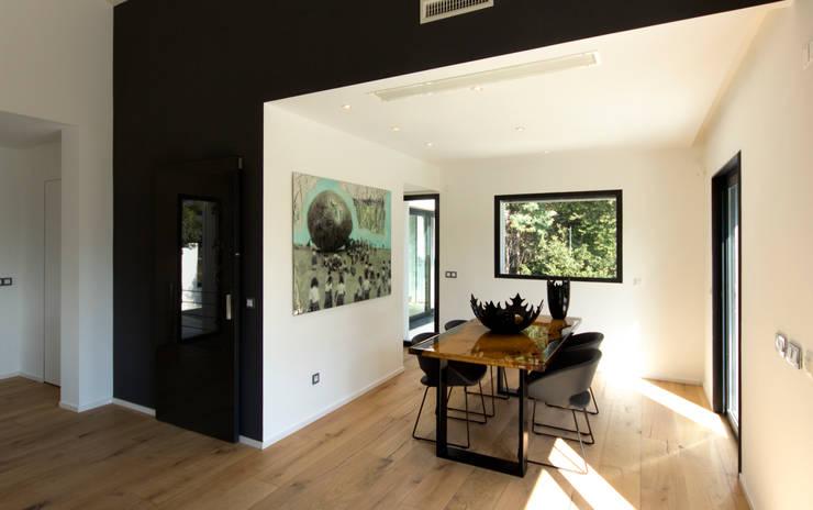 Zona pranzo in soggiorno: Sala da pranzo in stile  di MBquadro Architetti