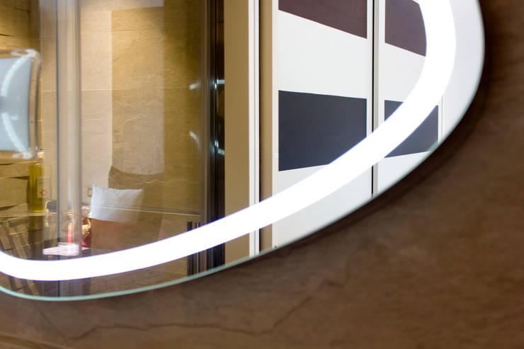 Dettaglio specchio bagno en-suite: Bagno in stile  di MBquadro Architetti