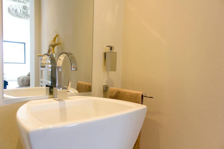 Dettaglio lavabo bagno: Bagno in stile  di MBquadro Architetti