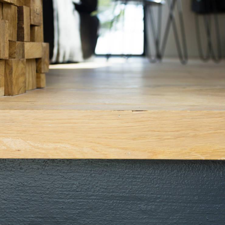 Dettaglio scala - salone: Ingresso & Corridoio in stile  di MBquadro Architetti
