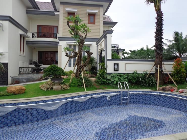 Taman Klasik Tropis:  Garden  by TUKANG TAMAN SURABAYA - jasataman.co.id
