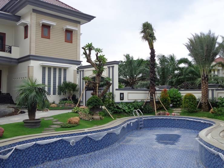 Taman Elegan Surabaya:  Garden  by TUKANG TAMAN SURABAYA - jasataman.co.id