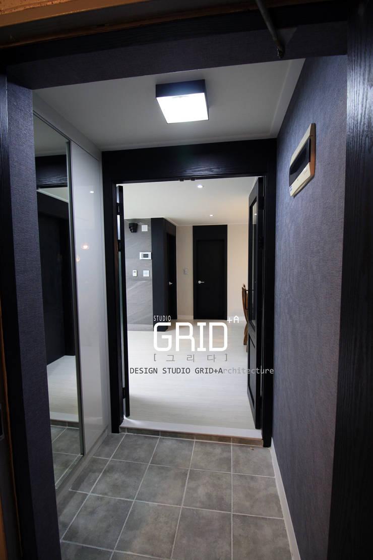 Corridor & hallway by Design Studio Grid+A, Modern