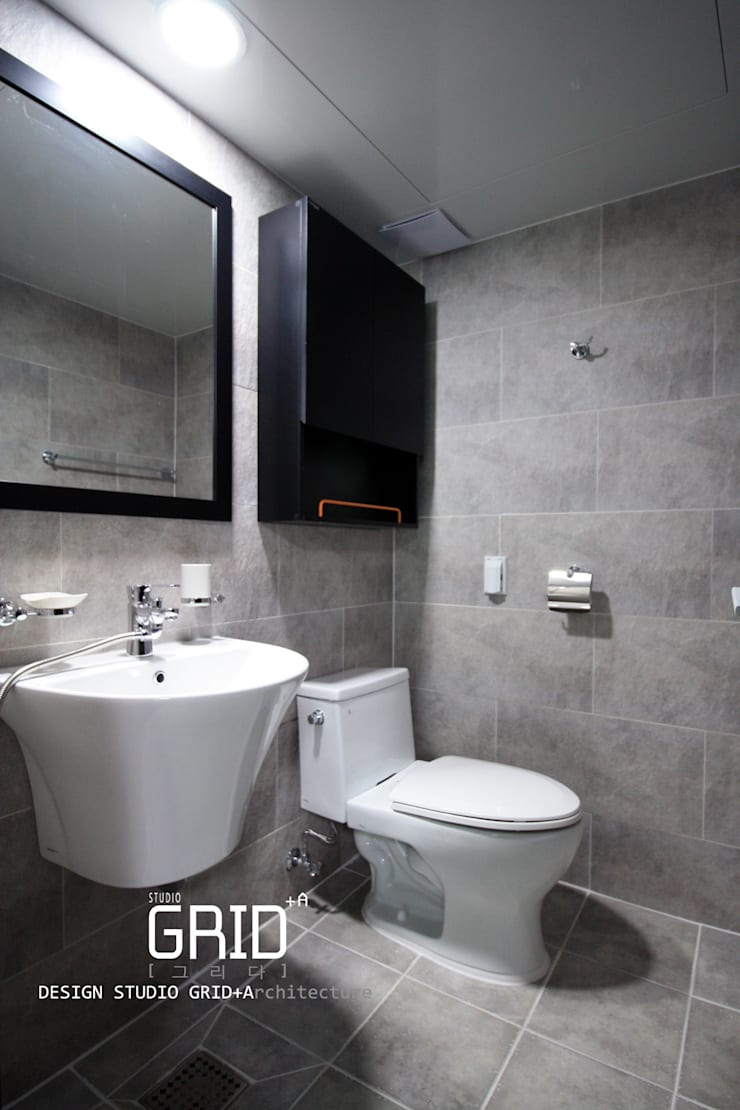 Bathroom by Design Studio Grid+A, Modern