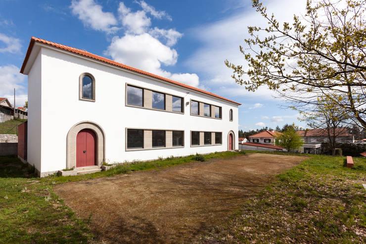 Casa Cultura Barrosas: Escritórios e Espaços de trabalho  por Gabriela Pinto Arquitetura