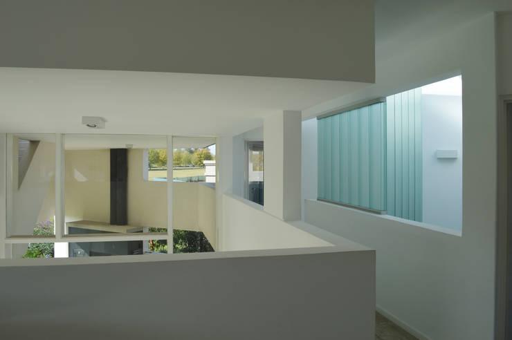 CASA N23: Pasillos y recibidores de estilo  por MZM | Maletti Zanel Maletti arquitectos