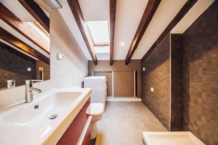 Reforma de un baño abuhardillado en Madrid Centro.: Baños de estilo  de Arkin