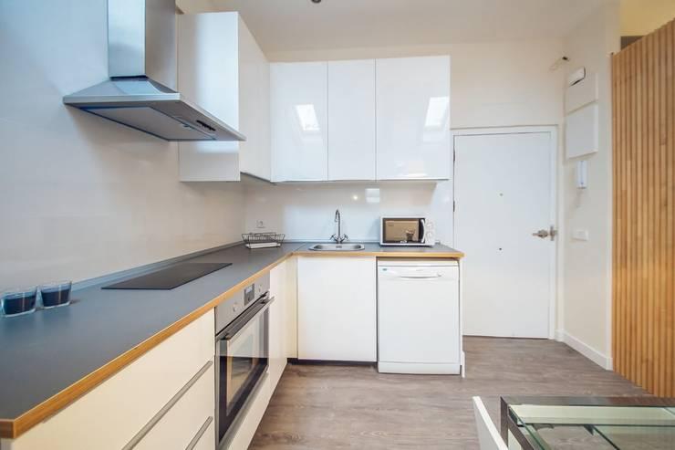 Reforma de una pequeña cocina en Madrid Centro.: Cocinas de estilo  de Arkin