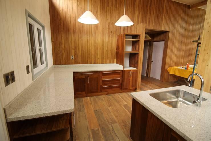 MUEBLES KANDA: Hoteles de estilo  por Kanda arquitectos
