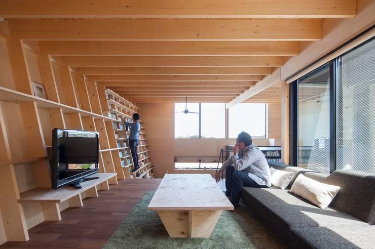 リビング: 藤井伸介建築設計室が手掛けたリビングです。