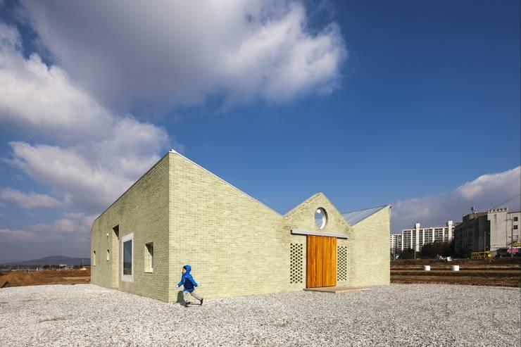 Casas de estilo  por 에이오에이 아키텍츠 건축사사무소 (aoa architects)