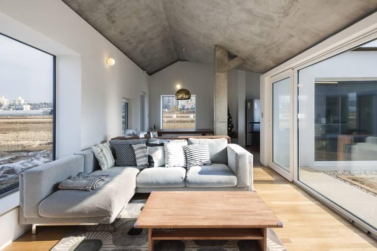 غرفة المعيشة تنفيذ 에이오에이 아키텍츠 건축사사무소 (aoa architects)