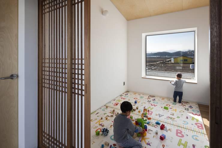 嬰兒/兒童房 by 에이오에이 아키텍츠 건축사사무소 (aoa architects)