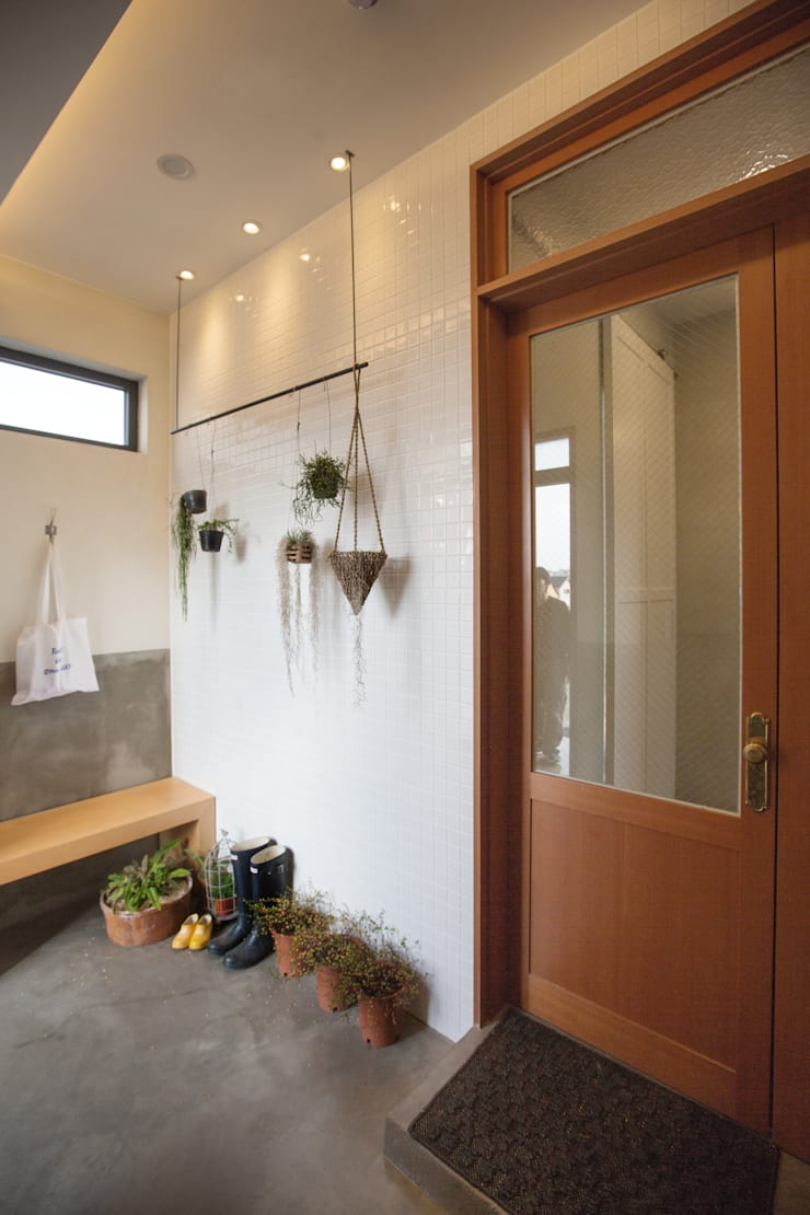 Trace House : 미우가 디자인 스튜디오의  복도 & 현관