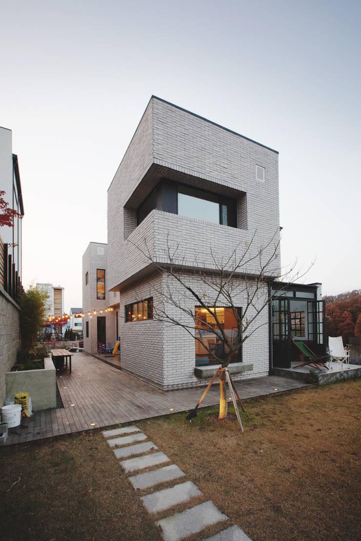 Trace House : 미우가 디자인 스튜디오의  주택