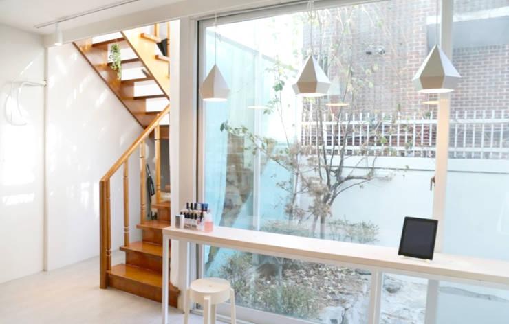 Couloir et hall d'entrée de style  par 디자인 스튜디오 파브