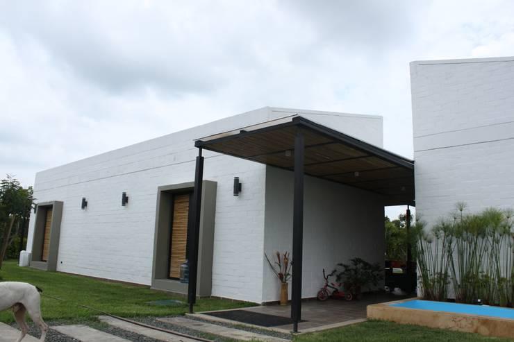 Acceso ppal: Casas de estilo  por A-CUATTRO ARQUITECTURA, Rústico Bambú Verde