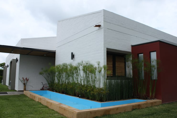 Espejo de agua: Casas de estilo  por A-CUATTRO ARQUITECTURA, Rústico