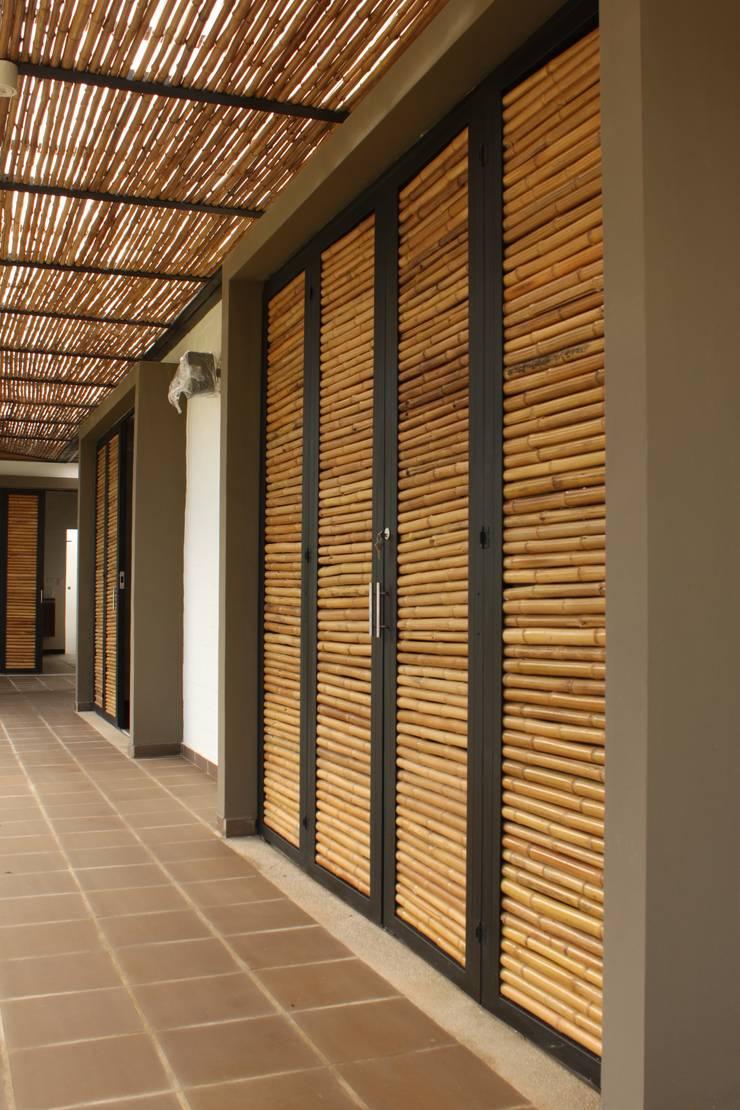 Pérgolas y puertas en Bambú: Ventanas de estilo  por A-CUATTRO ARQUITECTURA, Rústico