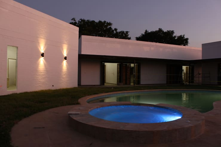 Piscina-Jacuzzi: Casas de estilo  por A-CUATTRO ARQUITECTURA, Rústico