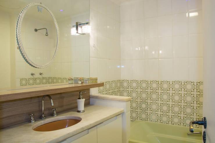 Retrofit Apartamento Bordini: Banheiros  por AZ Arquitetura