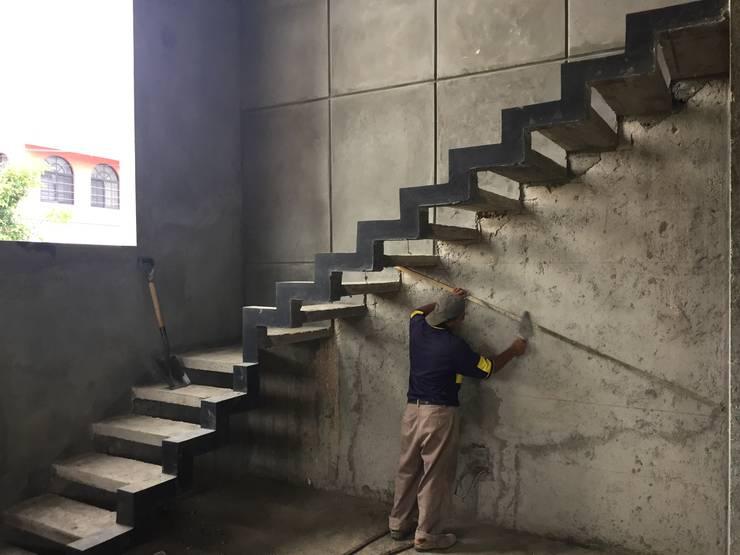 elemento que luce por si misma, la escalera empotrada: Pasillos y recibidores de estilo  por Ma&Co