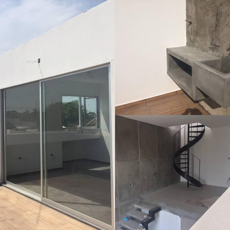 concreto y madera: Terrazas de estilo  por Ma&Co