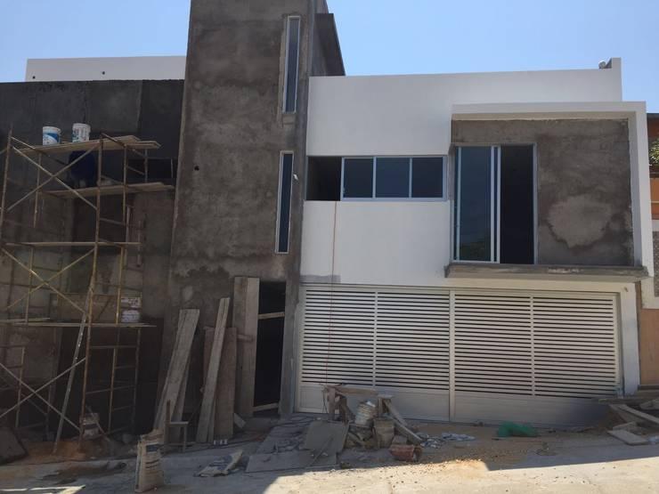 fachada principal : Casas de estilo minimalista por Ma&Co
