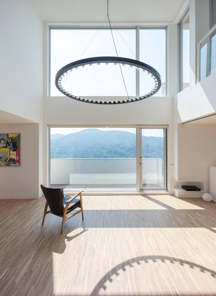 陽明山鄭宅   House C:  客廳 by  何侯設計   Ho + Hou Studio Architects