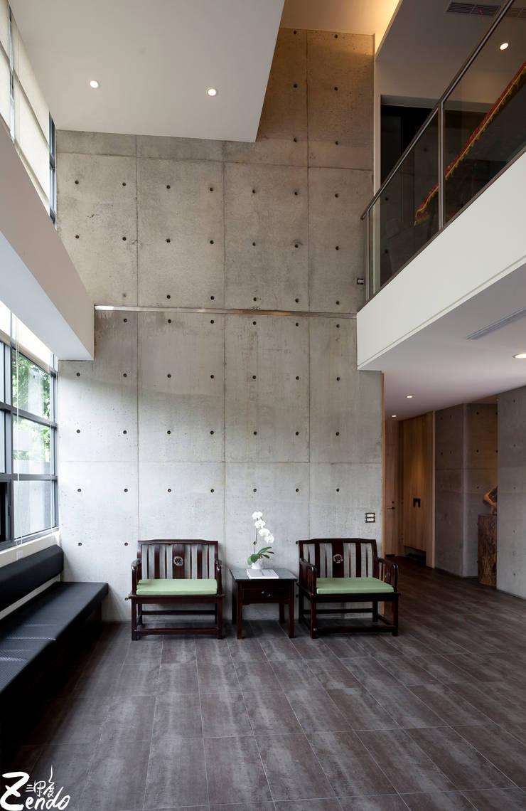 心靈會館:  客廳 by Zendo 深度空間設計
