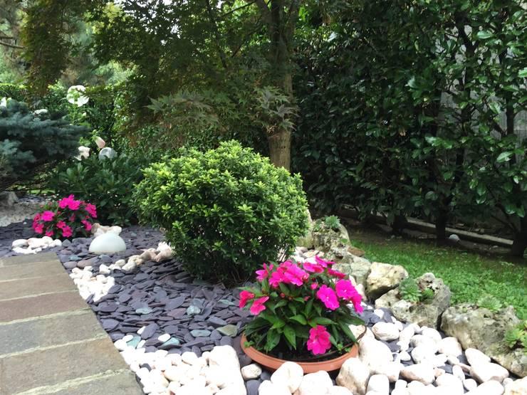 Jardines de estilo ecléctico por Simona Carcano