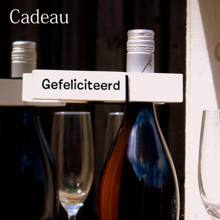Grote houten knijper met tekst:   door Knijpertjes.nl, Landelijk Hout Hout