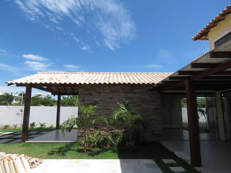 Jardines de estilo  por Aroeira Arquitetura